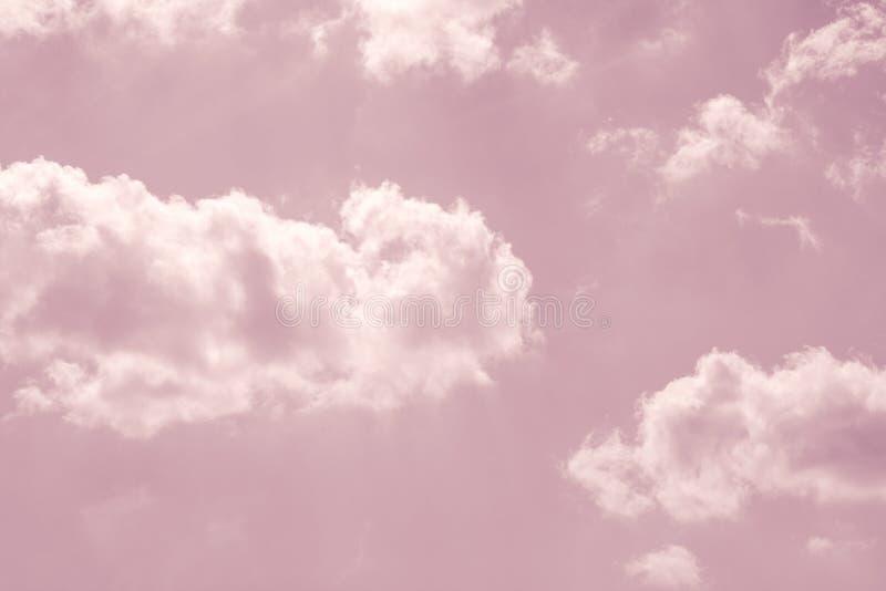 与白色蓬松云彩的粉红彩笔天空 免版税库存照片