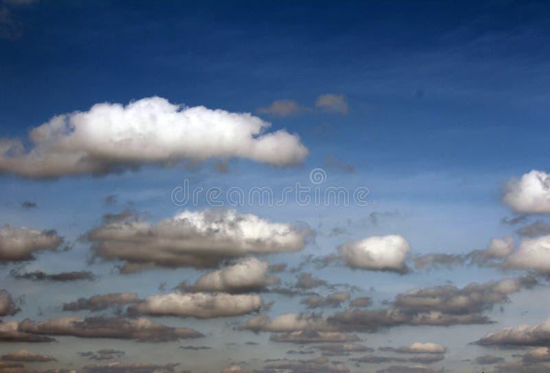 Download 蓝天背景 库存图片. 图片 包括有 航空, 季节, 空间, 云彩, 室外, 臭氧, 天气, 夏天, 地平线 - 30334925