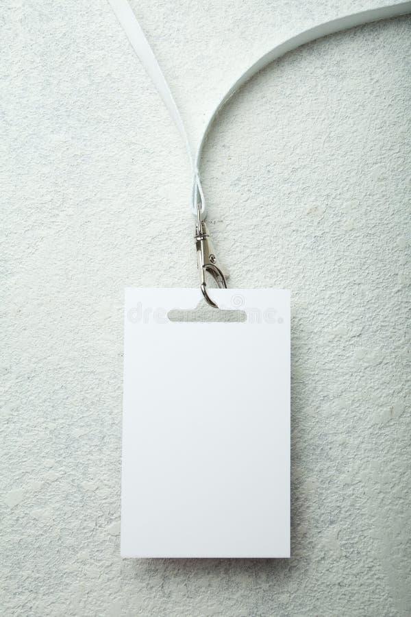 与白色衬衫领子的空白的徽章在白色背景 库存照片