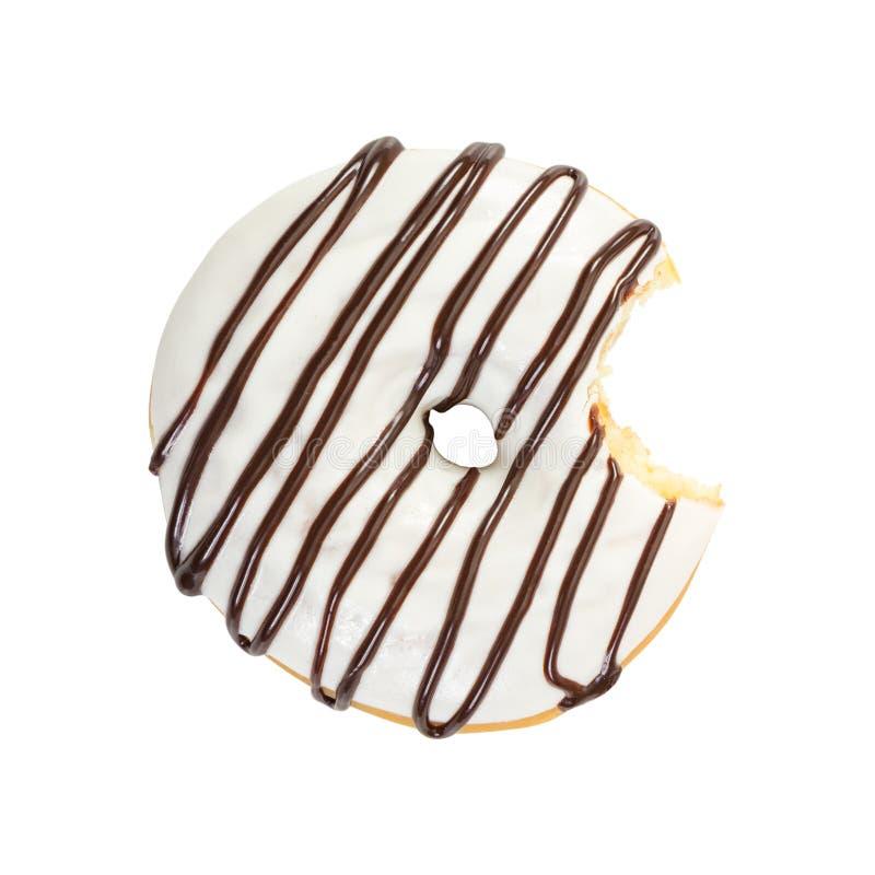 与白色结冰和巧克力糖浆的被咬住的多福饼 图库摄影