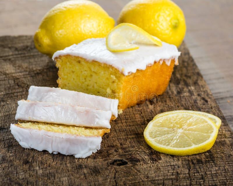 与白色结冰的切的柠檬重糖重油蛋糕 免版税库存照片