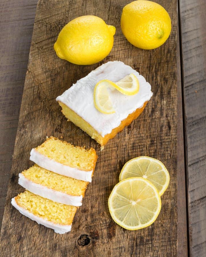与白色结冰的切的柠檬重糖重油蛋糕 库存照片
