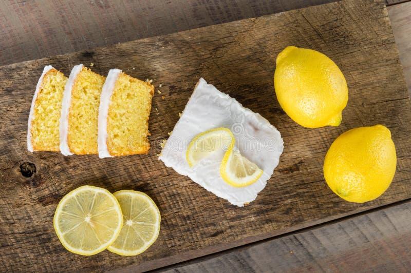 与白色结冰的切的柠檬重糖重油蛋糕 免版税库存图片