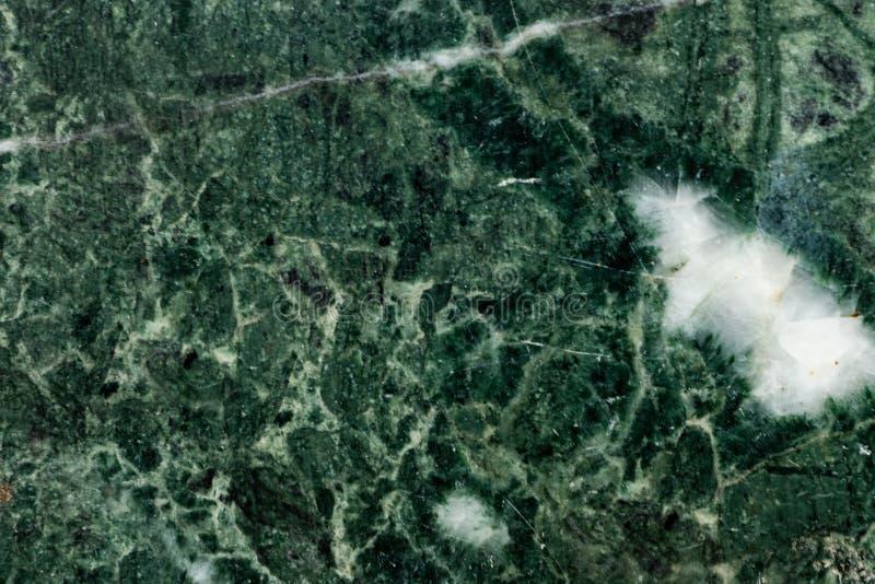 与白色geode的绿色绿沸铜表面 免版税库存图片