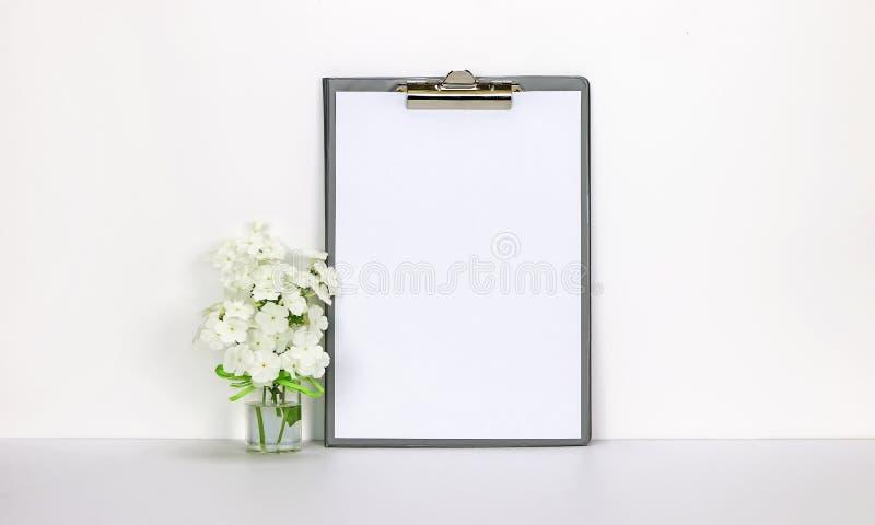与白花的剪贴板大模型 库存图片