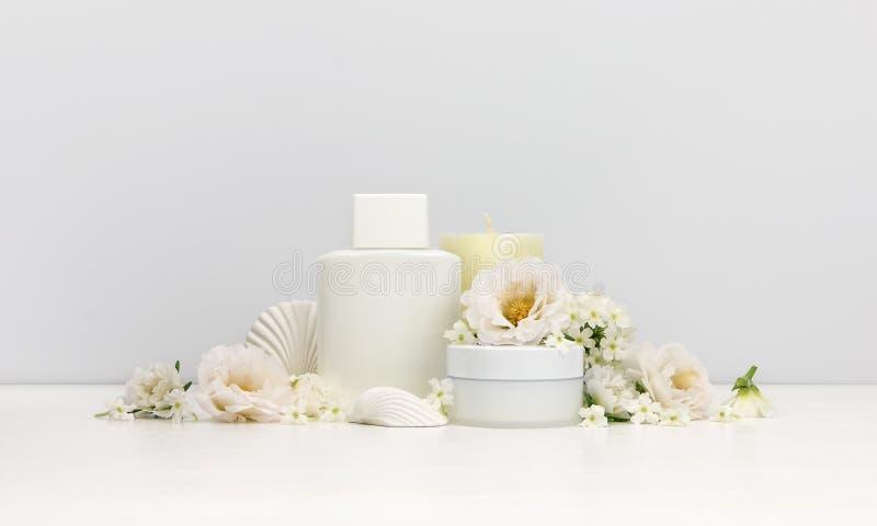 与白花的化妆用品大模型 免版税库存图片