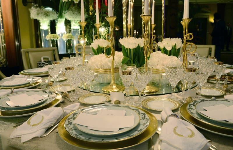 与白花的白色和金黄表装饰,事件 库存图片