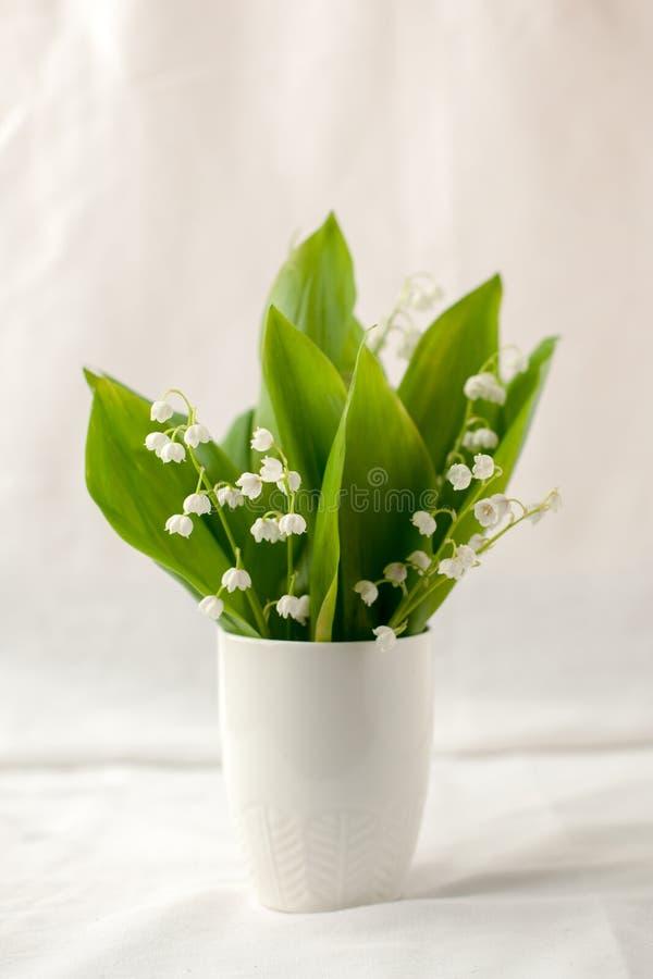 与白花-铃兰美丽的花束的静物画  假日或婚姻的背景与拷贝空间 ?? 免版税图库摄影