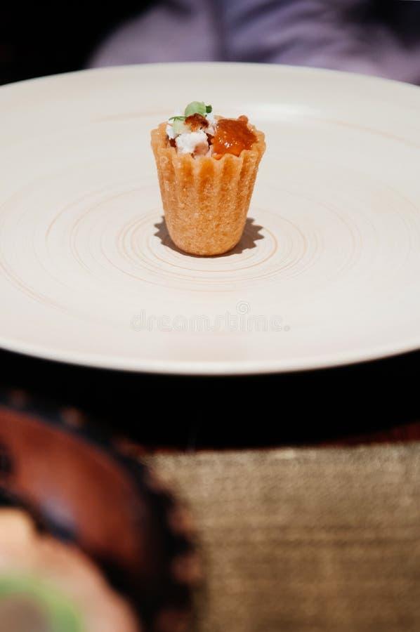 与白萝卜被装饰的新加坡人Peranaka的酥脆虾饼发球区域 图库摄影