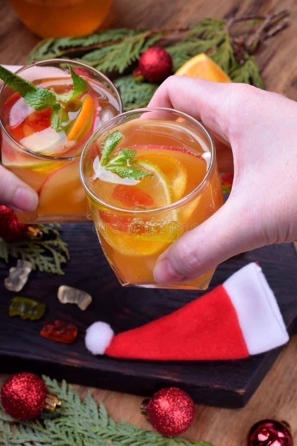 与白酒和果子的酒精泡沫腾涌的鸡尾酒 库存图片