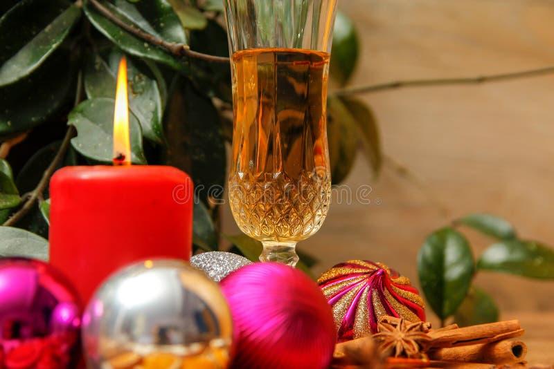 与白酒的假日圣诞装饰 图库摄影