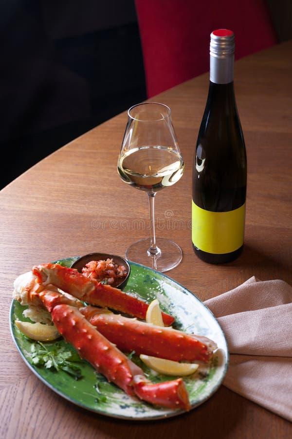 与白酒的海鲜晚餐 免版税库存照片