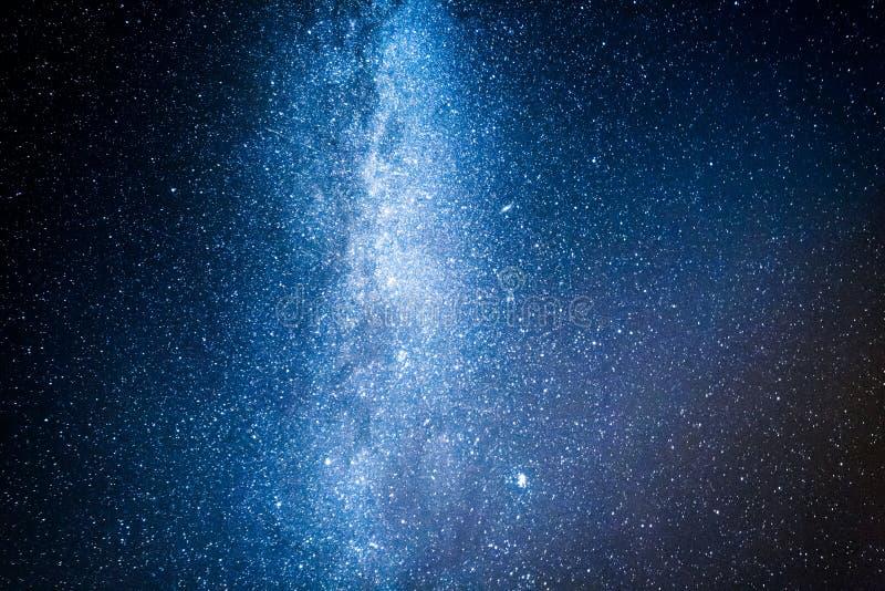 与百万个星的惊人的银河在晚上 库存图片
