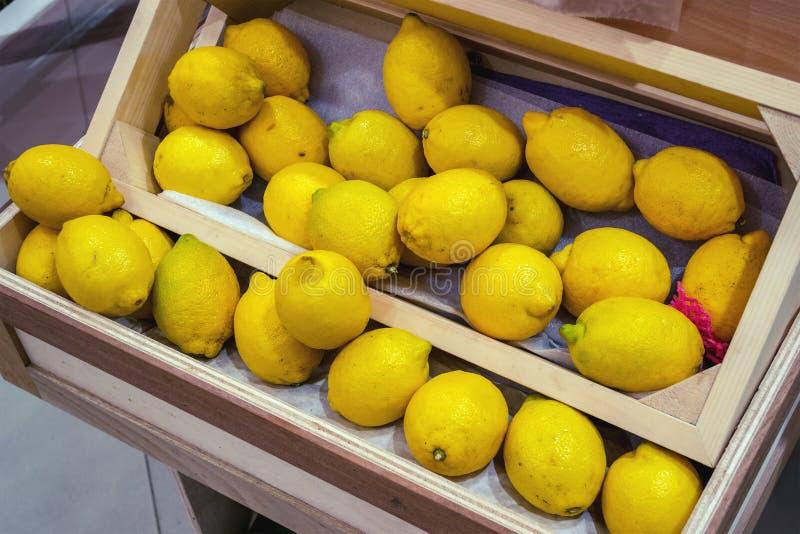 与的架子新鲜的黄色柠檬 库存照片
