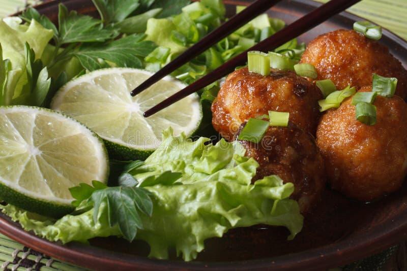 与的石灰的鱼丸和宏观的沙拉和的筷子 水平 图库摄影