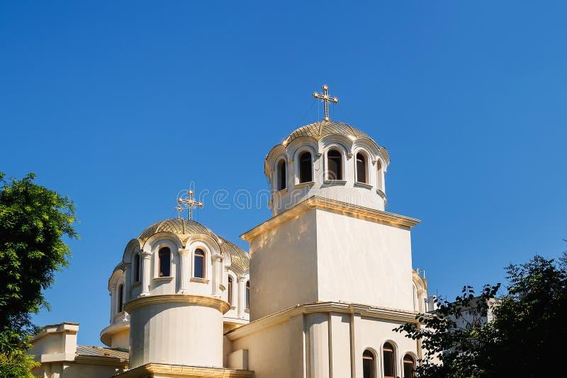 与的金黄圆顶在基督徒东正教亮光的十字架在反对天空蔚蓝的一好日子 希腊和巴尔干教会 免版税库存图片