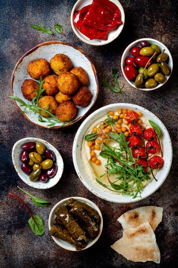 阿拉伯传统烹调 与皮塔饼,橄榄,hummus,被充塞的dolma,沙拉三明治球,腌汁的中东meze 库存照片