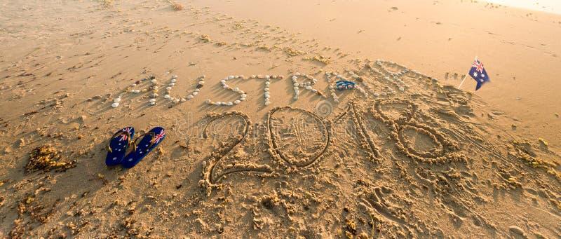 与皮带、旗子和太阳镜的澳大利亚文本在海滩 免版税库存照片