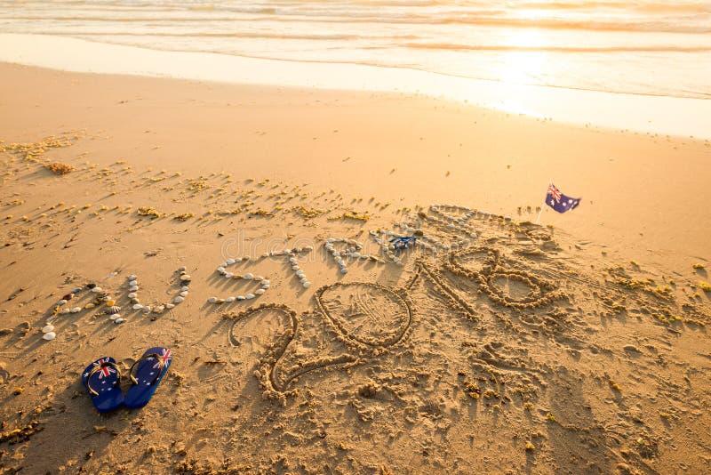 与皮带和太阳镜的澳大利亚文本在海滩 免版税库存照片