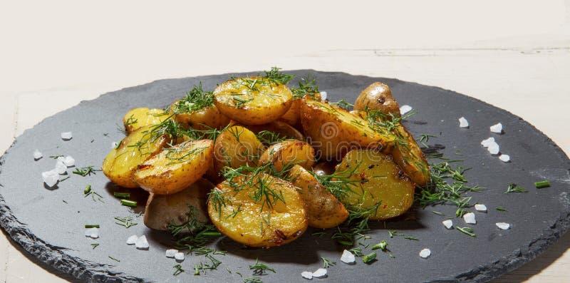 与皮肤-格鲁吉亚烹调盘的油煎的土豆 免版税库存图片