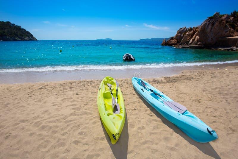 与皮船圣胡安的伊维萨岛cala Sant维森特海滩 免版税图库摄影