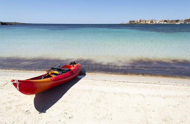 与皮船的海滩 免版税库存图片