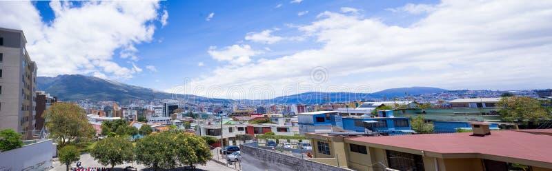 与皮钦查省火山的屋顶在背景中 免版税图库摄影
