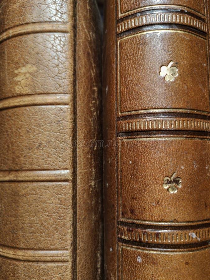 与皮面、葡萄酒和减速火箭的背景的旧书与古老书 库存图片