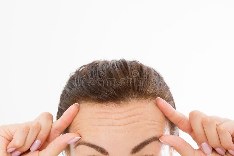 与皱痕的宏观妇女面孔在前额 胶原和面孔射入概念 更年期 播种的图象 复制空间 库存照片