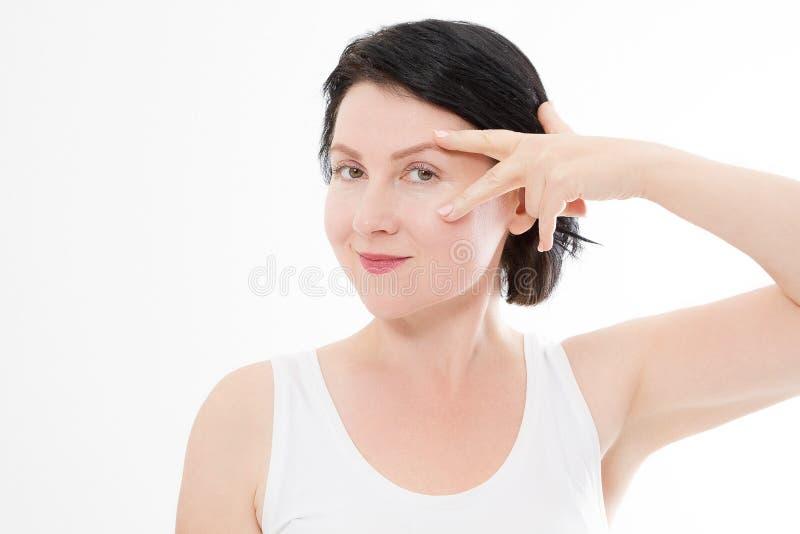 与皱痕的宏观妇女面孔在眼睛附近 胶原和面孔射入概念 更年期 播种的图象 复制空间并且嘲笑  库存照片