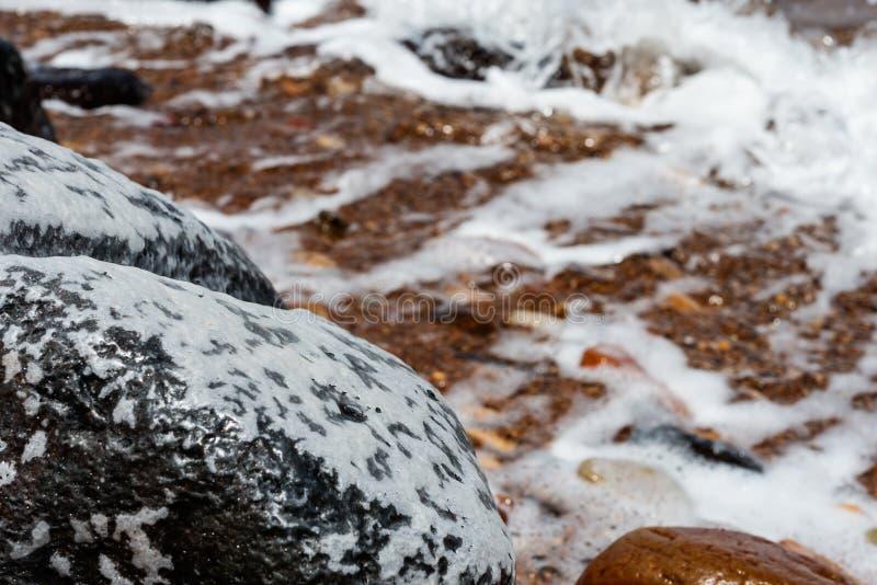 与盐味的岩石的死海视图关闭  库存照片