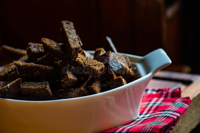 与盐和大蒜的油煎方型小面包片 库存照片