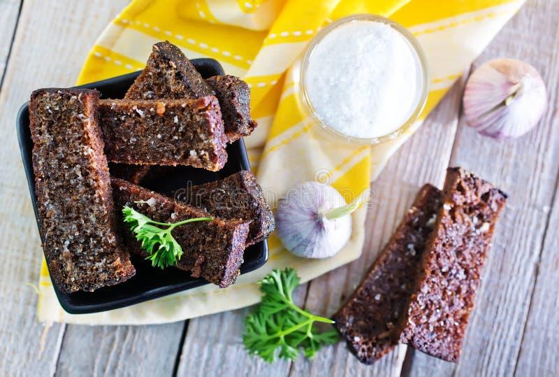 与盐和大蒜的油煎方型小面包片 免版税库存照片