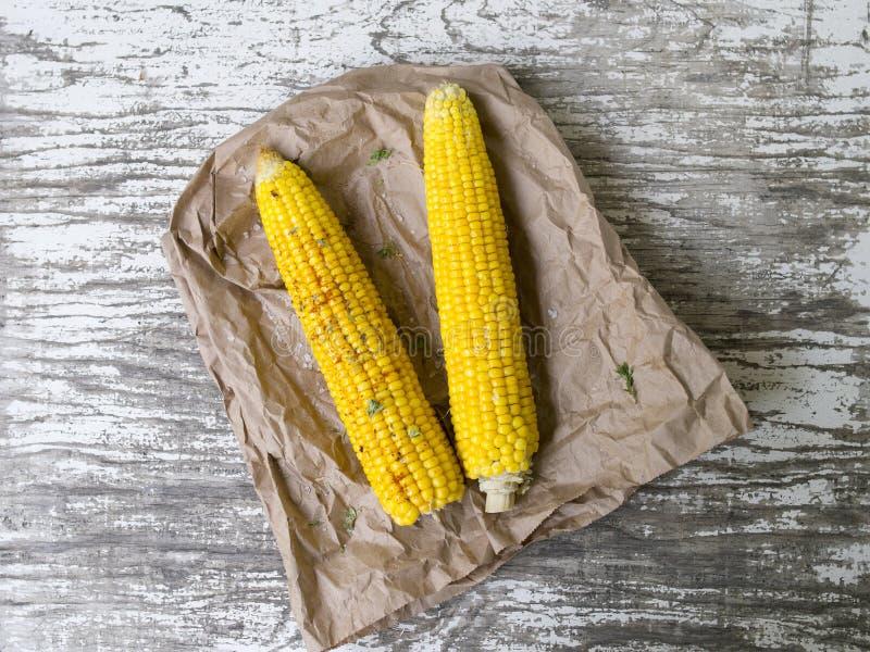 与盐和草本的烤玉米 免版税图库摄影