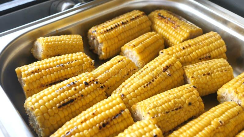 与盐和香料的烤玉米,在为餐馆或事件的自助餐准备的金属盘子 免版税库存图片