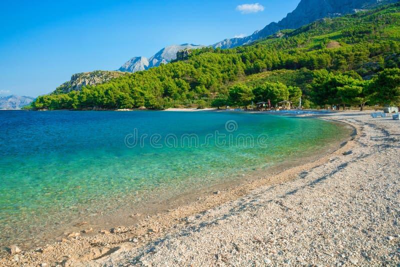 与盐水湖的美丽的海滩在马卡尔斯卡,达尔马提亚,克罗地亚 库存图片