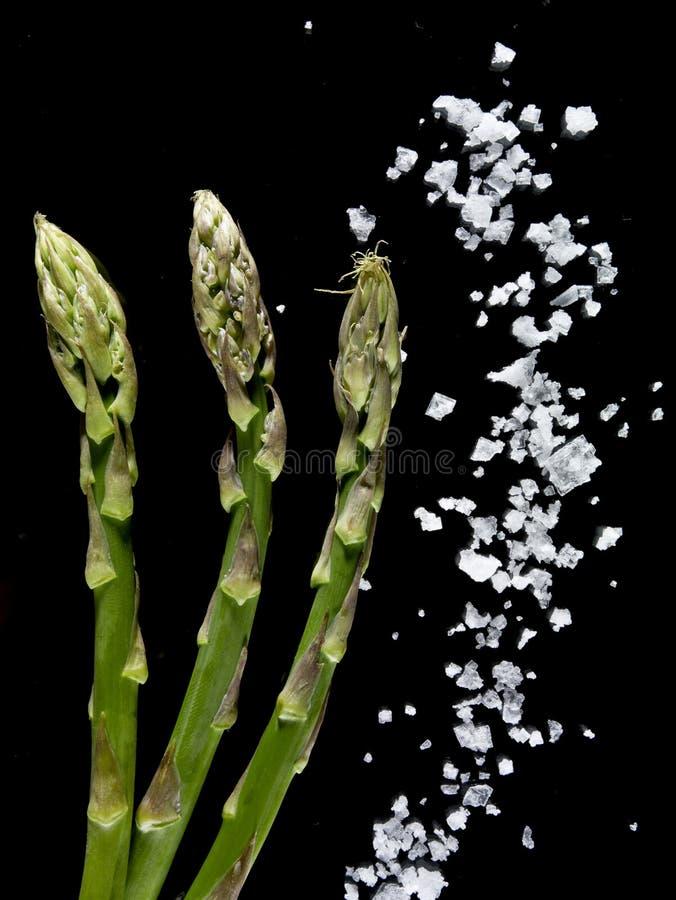 与盐的绿色芦笋 图库摄影