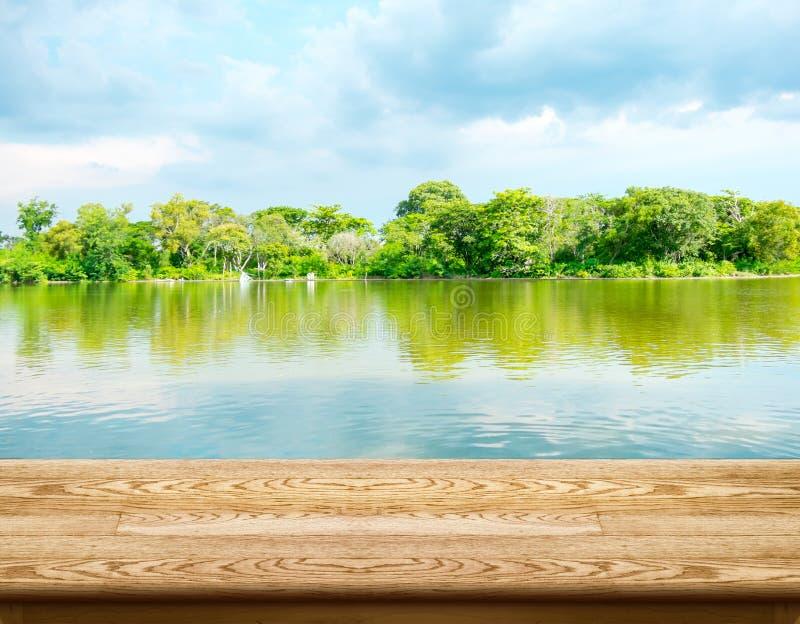 与盐水湖森林的和蓝天的空的木桌在backgroun 免版税图库摄影
