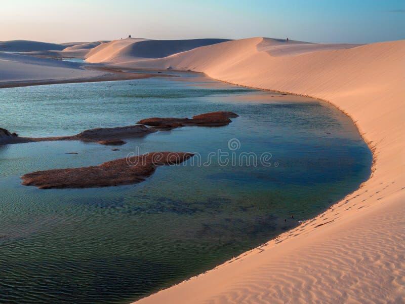 与盐水湖的沙丘 免版税图库摄影