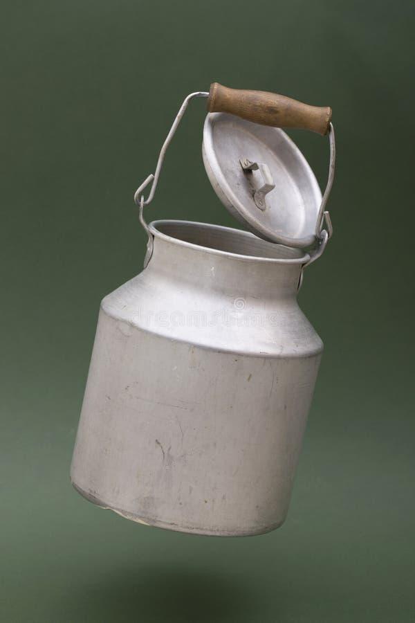 与盒盖盘旋的铝罐 库存照片