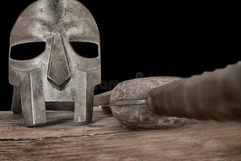 与盔甲木训练剑的争论者桌 免版税库存照片
