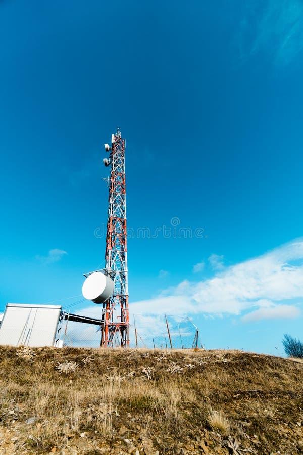 与盘和流动天线的电信塔 免版税库存照片