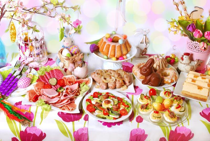 与盘的复活节桌传统欢乐早餐 免版税库存照片