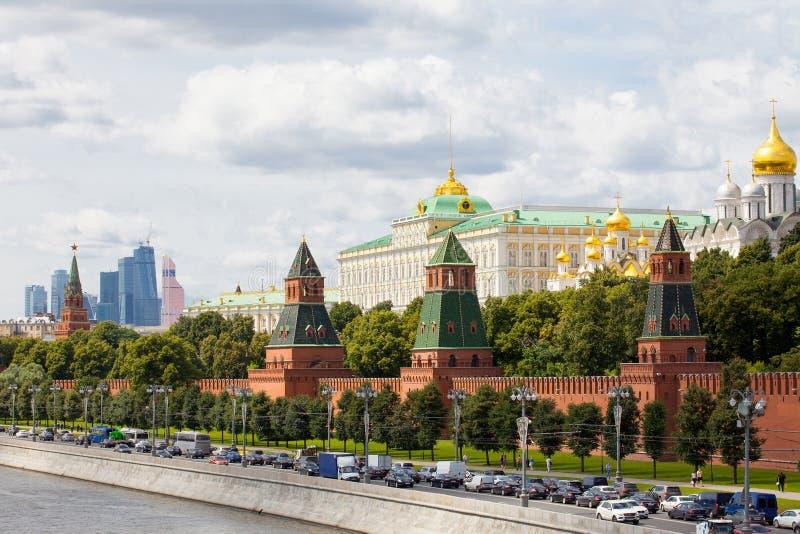 与盛大克里姆林宫宫殿,莫斯科,俄罗斯的都市风景 免版税库存图片