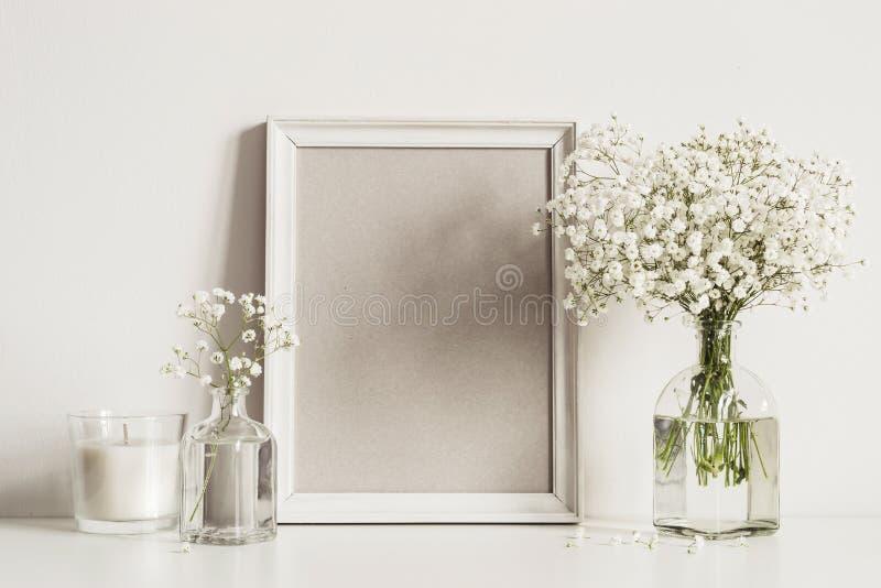 与相框,白花和蜡烛的大模型构成 艺术品的拷贝空间 免版税库存照片