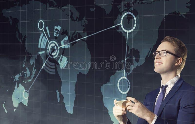 与看在夜城市背景的地图的智能手机的商人 工作,事务,事业,概念 免版税库存图片