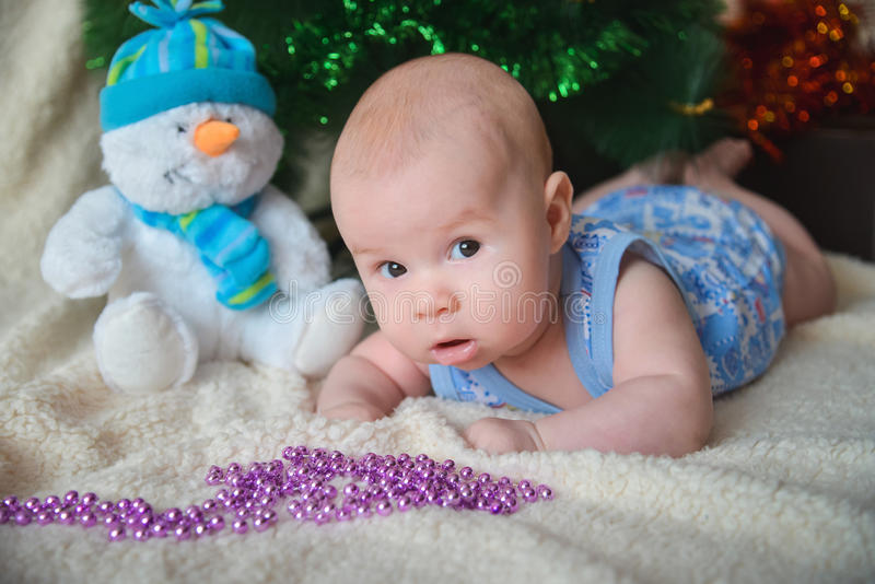 与看照相机的逗人喜爱的男婴的Xmas卡片 库存照片