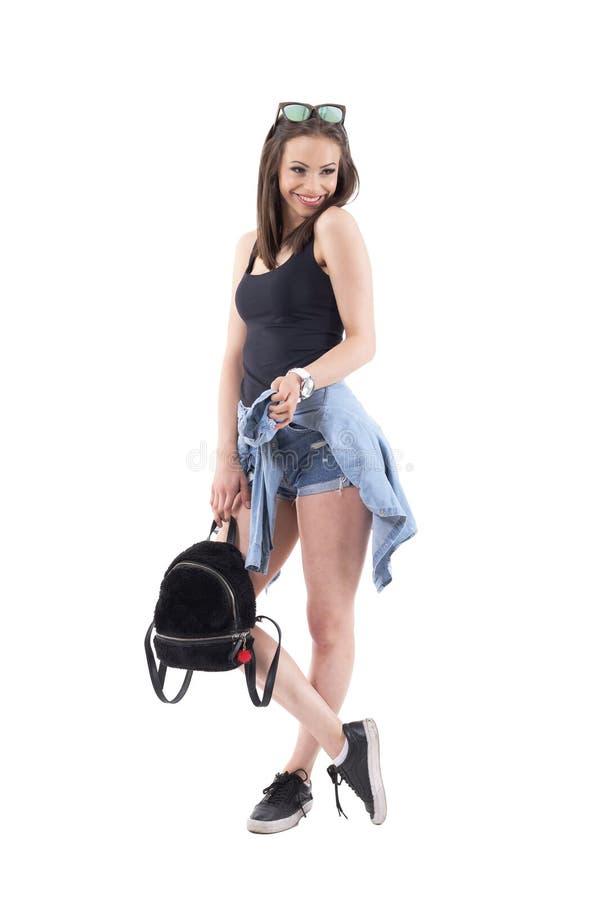 与看的袋子的时髦的年轻美好的深色的秀丽微笑和  免版税库存照片