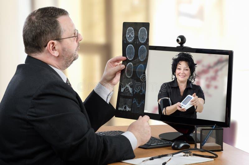 与真正医生的电视电话会议 免版税库存照片