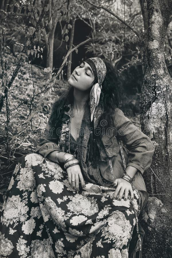 与眼睛分类的美丽的年轻吉普赛户外样式妇女画象 图库摄影